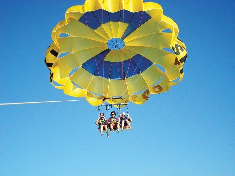 """Парасейлинг в аквацентре отеля """"MOVENPICK"""" (полет на двухместном парашюте за катером) Фото -2"""