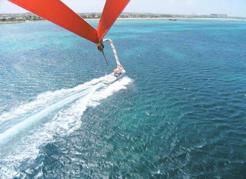 """Парасейлинг в аквацентре отеля """"MOVENPICK"""" (полет на двухместном парашюте за катером) Фото -1"""