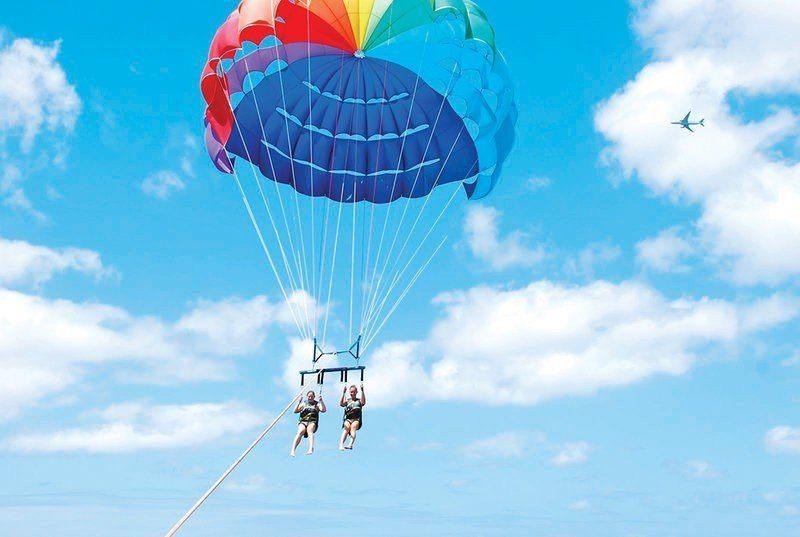 """Парасейлинг в аквацентре отеля """"GOLDEN 5"""" (полет на двухместном парашюте за катером) Фото -0"""